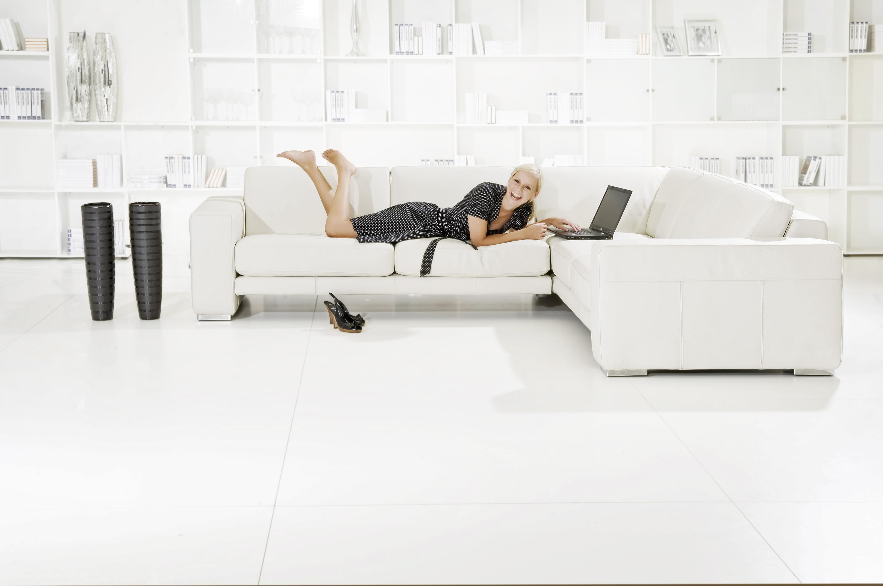 Sofá de esquina moderno color blanco acolchado