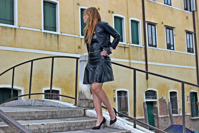 deichmann-lace-pumps-elisabettabertolini-outfit-fruscio-ecopelle-abito-LBD-fashionblogger
