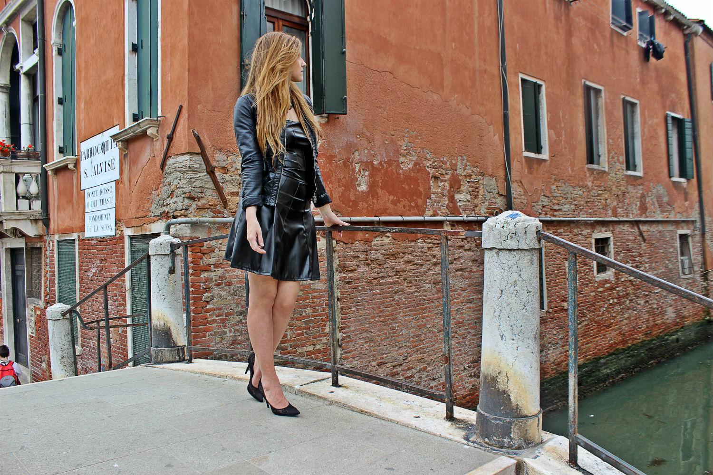 deichmann-lace-pumps-elisabettabertolini-outfit-fruscio-ecopelle-abito-LBD-fashionblogger10