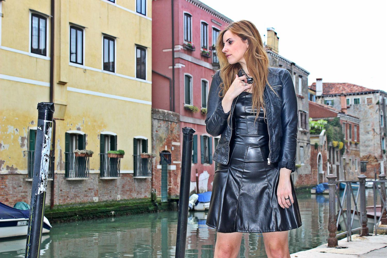 deichmann-lace-pumps-elisabettabertolini-outfit-fruscio-ecopelle-abito-LBD-fashionblogger11