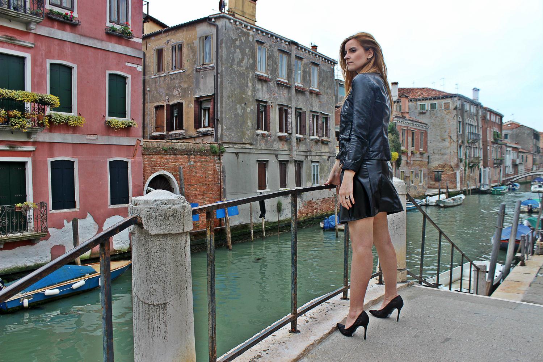 deichmann-lace-pumps-elisabettabertolini-outfit-fruscio-ecopelle-abito-LBD-fashionblogger12