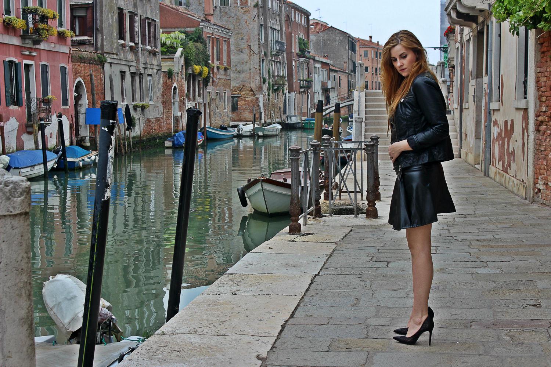 deichmann-lace-pumps-elisabettabertolini-outfit-fruscio-ecopelle-abito-LBD-fashionblogger2
