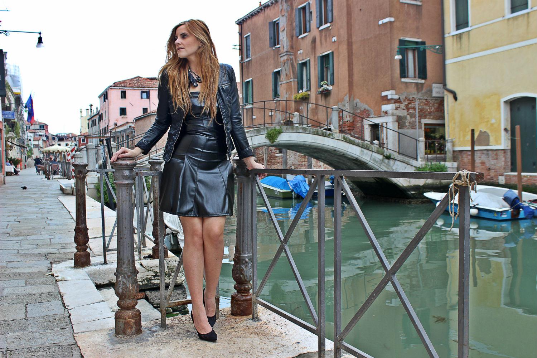 deichmann-lace-pumps-elisabettabertolini-outfit-fruscio-ecopelle-abito-LBD-fashionblogger3