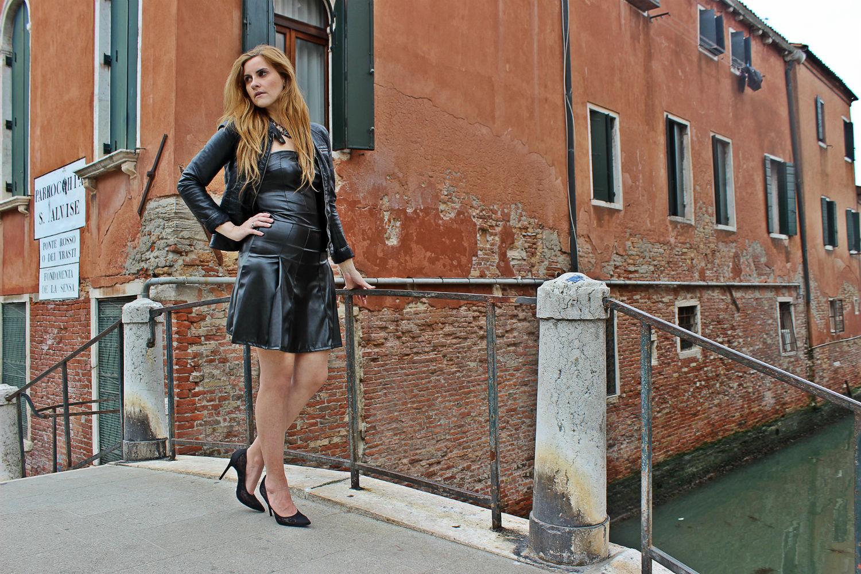 deichmann-lace-pumps-elisabettabertolini-outfit-fruscio-ecopelle-abito-LBD-fashionblogger5