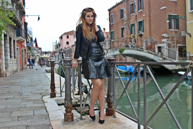 deichmann-lace-pumps-elisabettabertolini-outfit-fruscio-ecopelle-abito-LBD-fashionblogger6