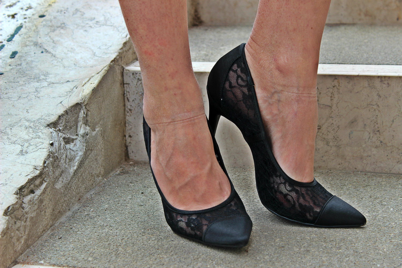 deichmann-lace-pumps-elisabettabertolini-outfit-fruscio-ecopelle-abito-LBD-fashionblogger7