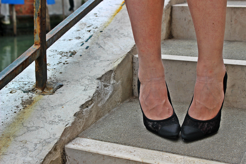 deichmann-lace-pumps-elisabettabertolini-outfit-fruscio-ecopelle-abito-LBD-fashionblogger9