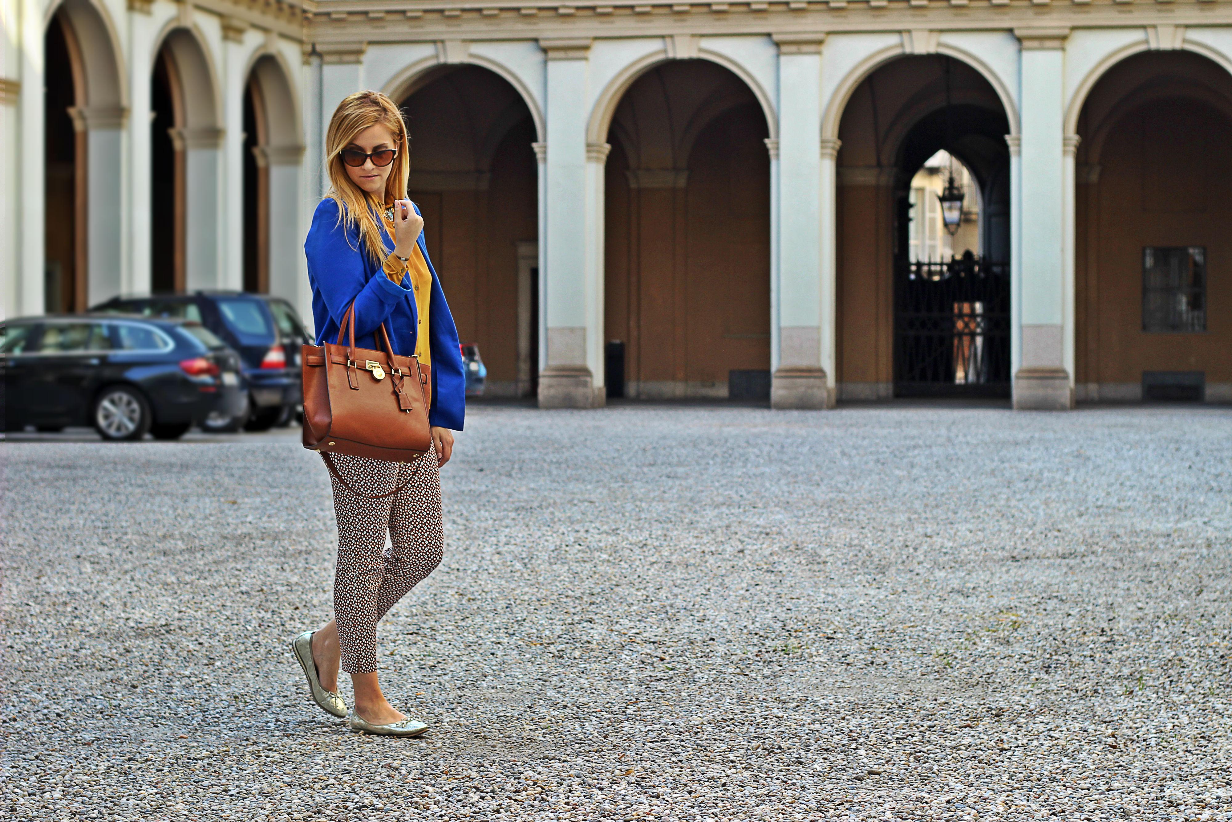 elisabetta bertolini outfit blu e ocra michael kors hemiton traveller bag color cuoio