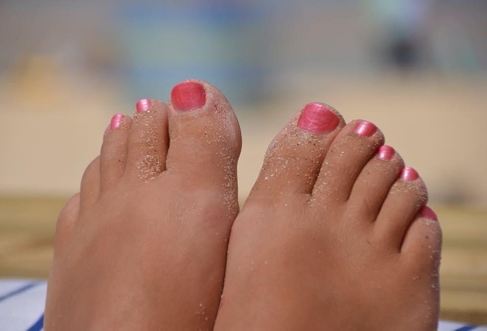 la cura dei piedi al mare