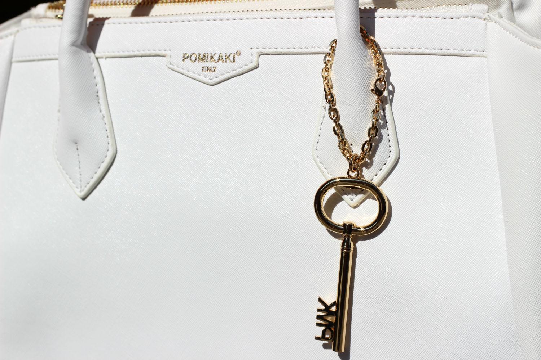 dettagli borsa bianca pomikaki modello christie