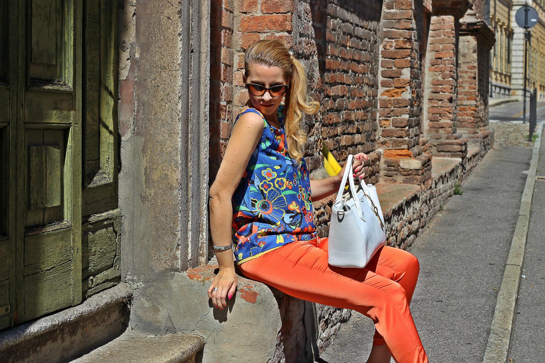 elisabetta bertolini pantaloni arancioni in raso borsa bianca