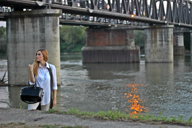 elisabetta bertolini una camicia bianca sotto il ponte di po