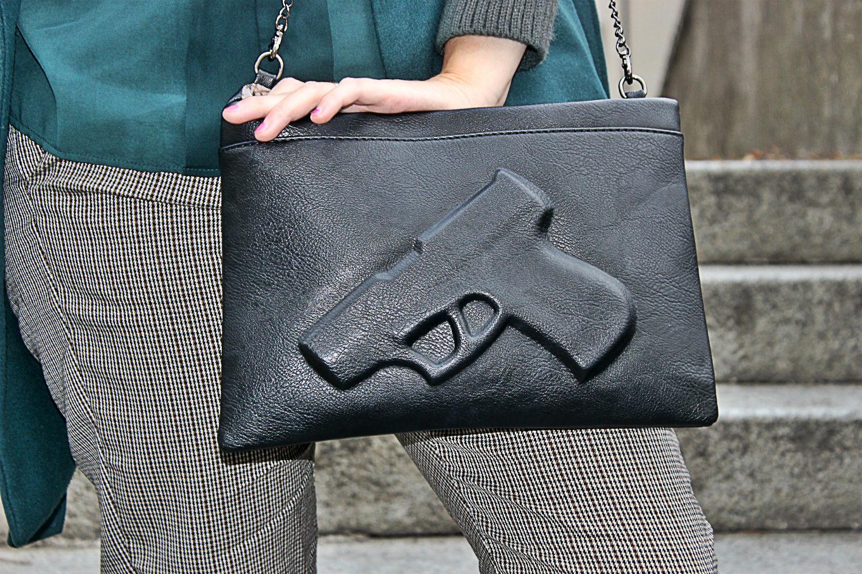 pochette a busta con pistola effetto rilievo