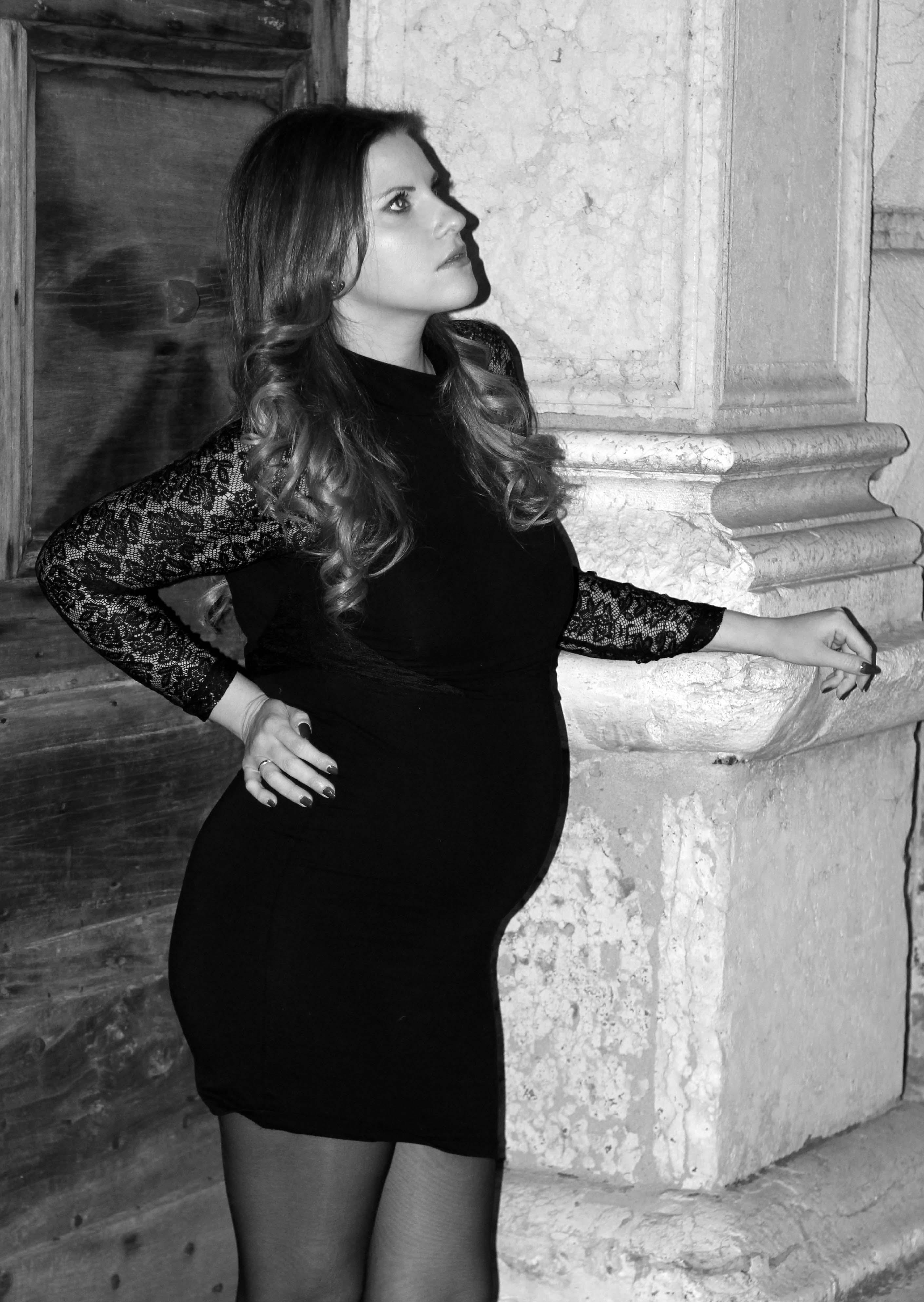 elisabetta bertolini fashion blogger incinta 8 mesi abito da sera tubino in pizzo nero zalando