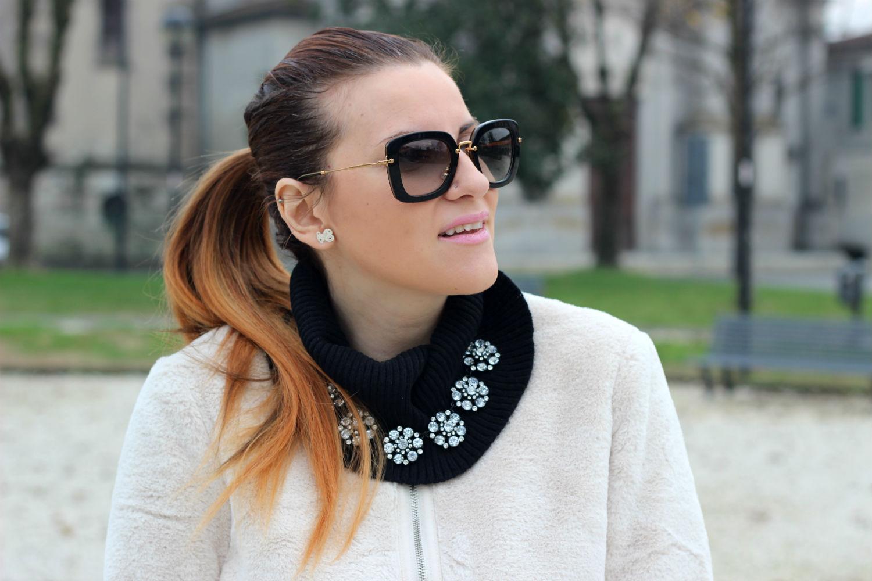 elisabetta bertolini outfit moda donna collana zara occhiali da sole miu miu