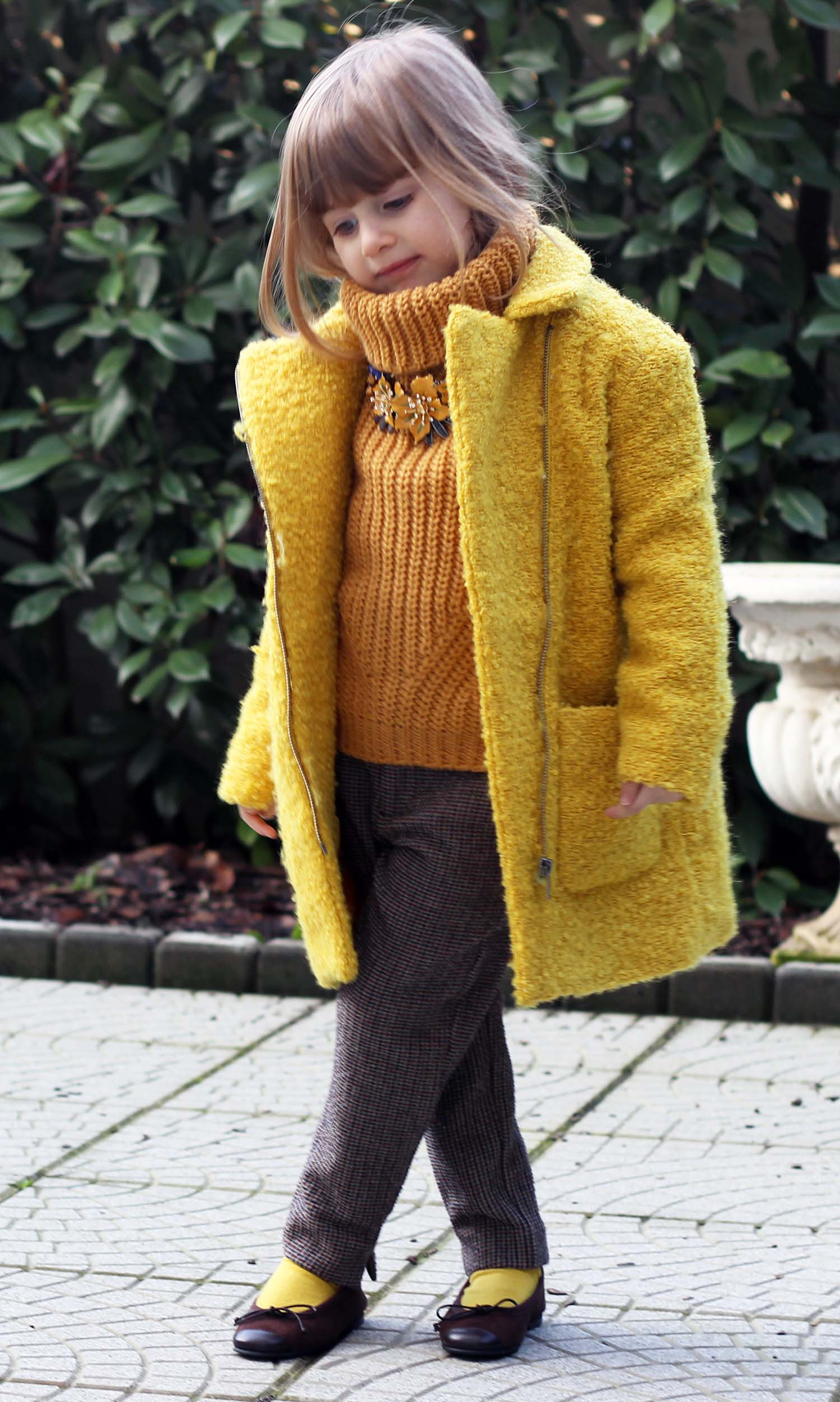 moda bimba cozy look yellow cappotto winter look outfit inverno fashion kids gaia masseroni