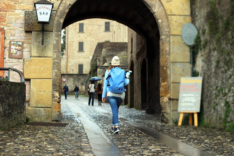 un giro per il borgo medioevale con zaino cabinzero elisabetta bertolini fashion blog
