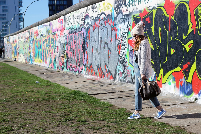 ELISABETTA BERTOLINI LOOK DA VIAGGIO BERLINO EAST SIDE MURO DI BERLINO