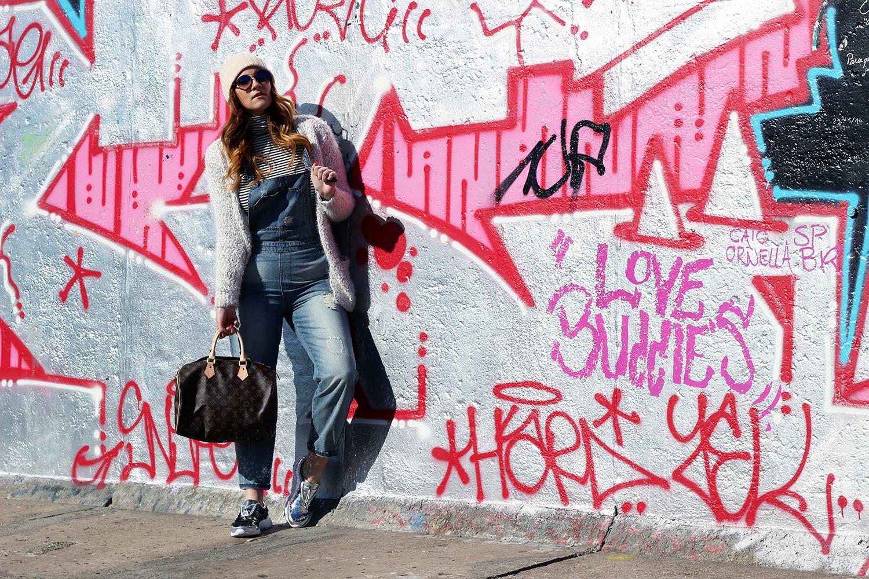 come abbinare una salopette denim musthave primavera 2016 muro di berlino graffiti