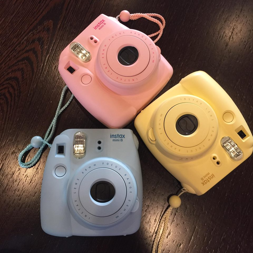 macchine foto istantanee tre di sette colori pastello rosa quarz e azzurro serenity