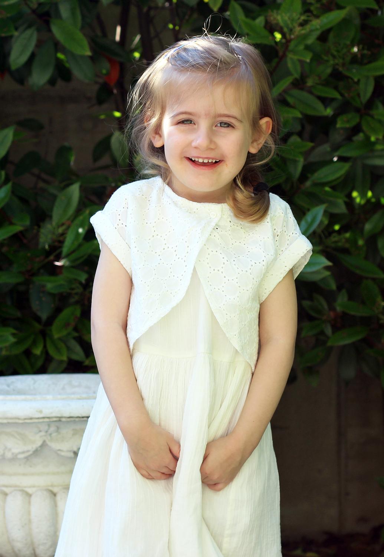 abito bianco da bimba con giacchina in pizzo sangallo moda bimbi cerimonia primavera estate 2016