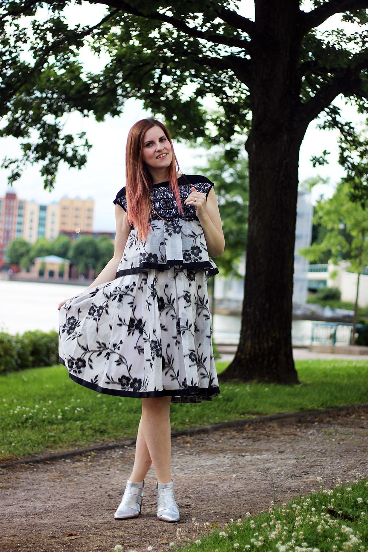 creazioni_antonella_completo_fiori_bianco_nero_outfit_cinti_cut_boots