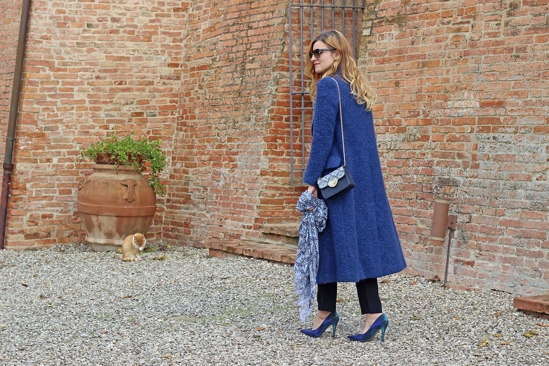 cappotto lungo e pashbag total look blu