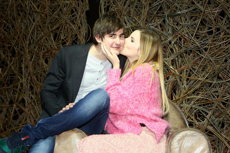 bacio rasatura perfetta coppia di blogger italiani