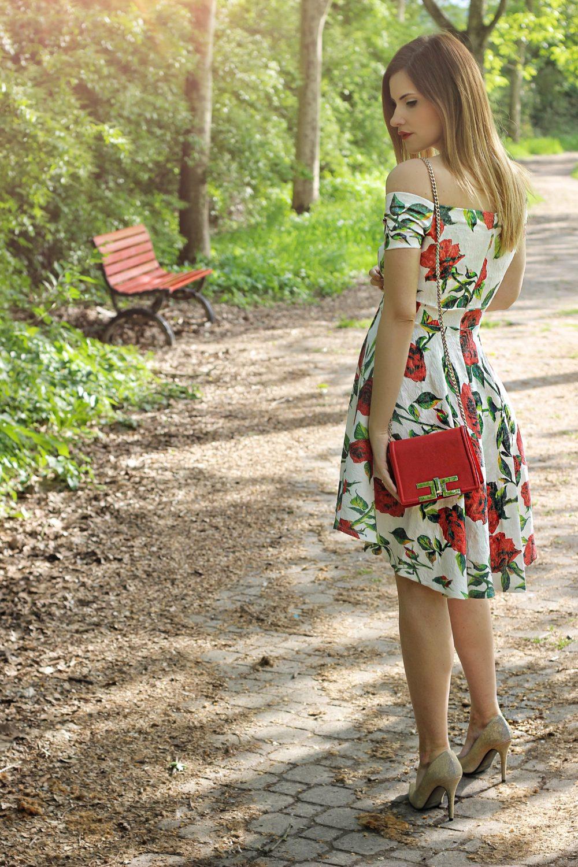 abito bianco con rose rosse fruscio