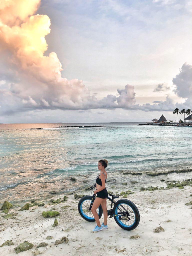 tramonto_bicicletta_spiaggia_maldive