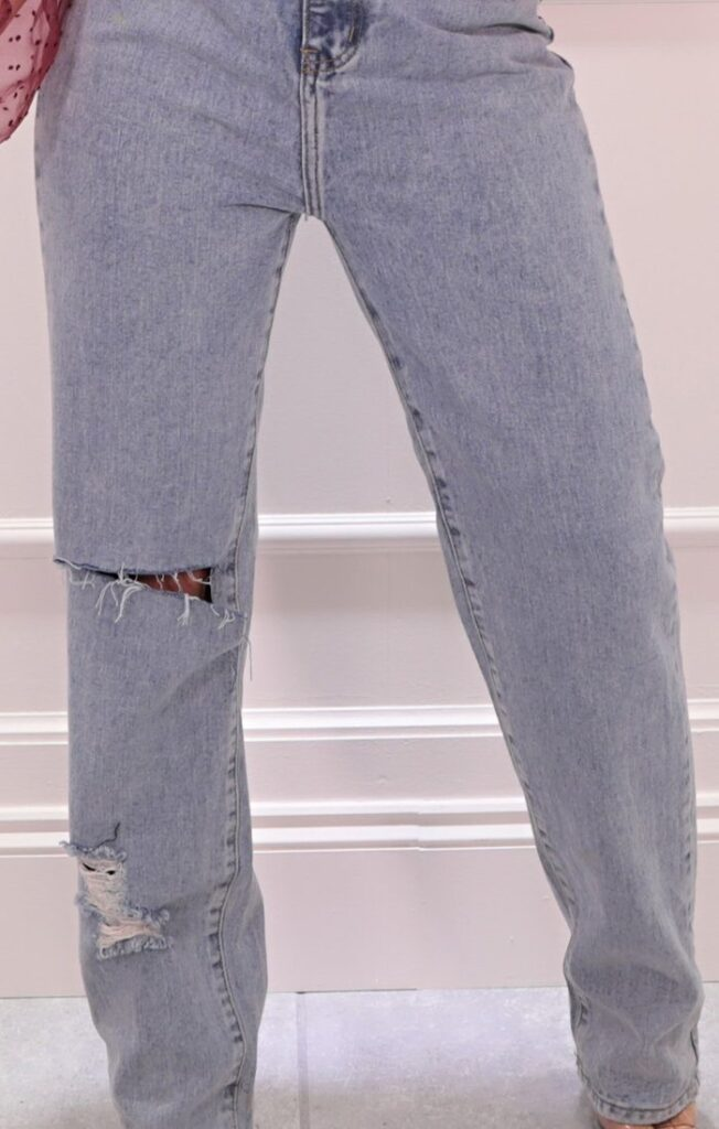 light-wash-loose-fit-ripped-jeans-valerie-935845_1920x