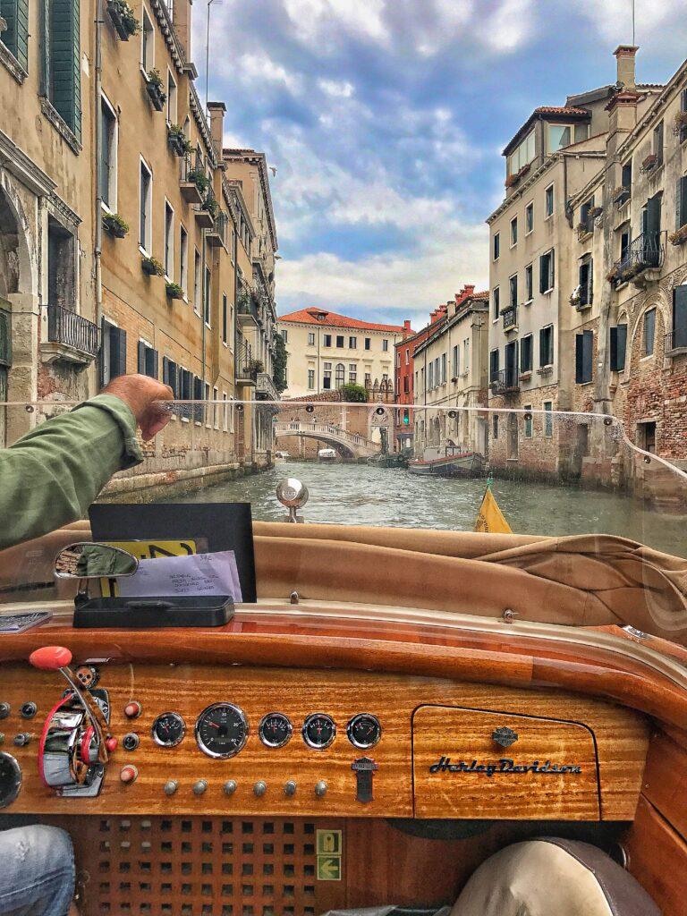 canali_venezia_canal_grande_motoscafo